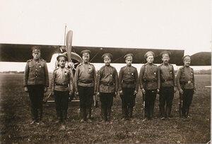 Группа награжденных Георгиевскими медалями нижних чинов отряда у летательного аппарата на аэродроме.