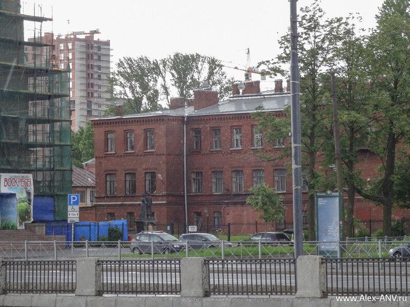 За Воскресенской церковью расположен Дом попечительства о народной трезвости. До революции там боролись с зелёным змием.