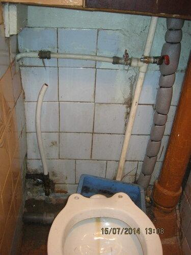 Тем временем, монтажник приступил к водопроводу