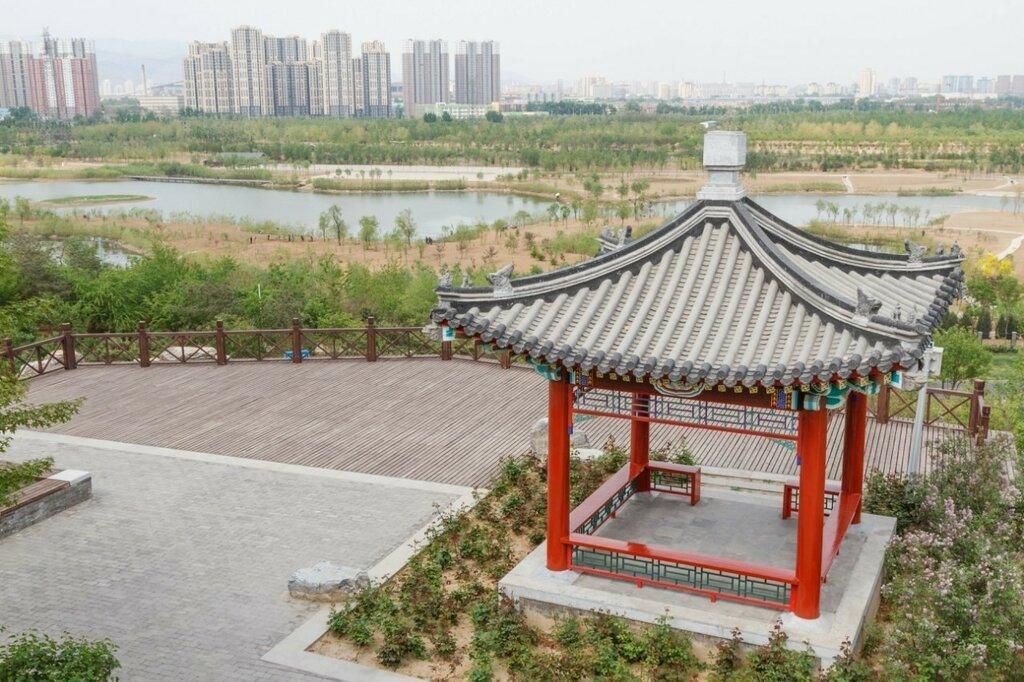 Беседка, облагороженное русло реки Юндин и новостройки Пекина