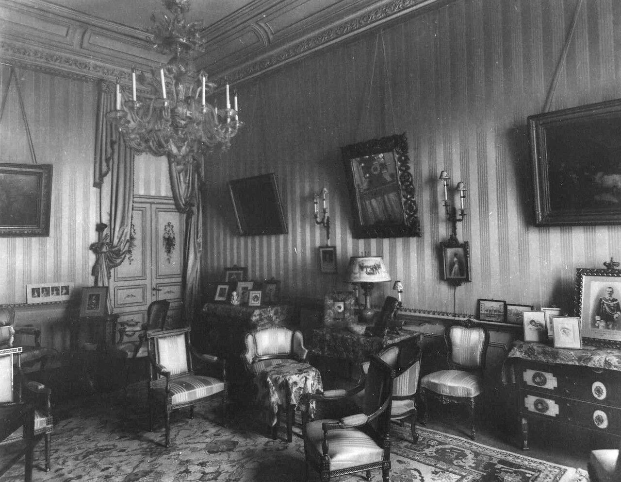 19. Комната в посольстве