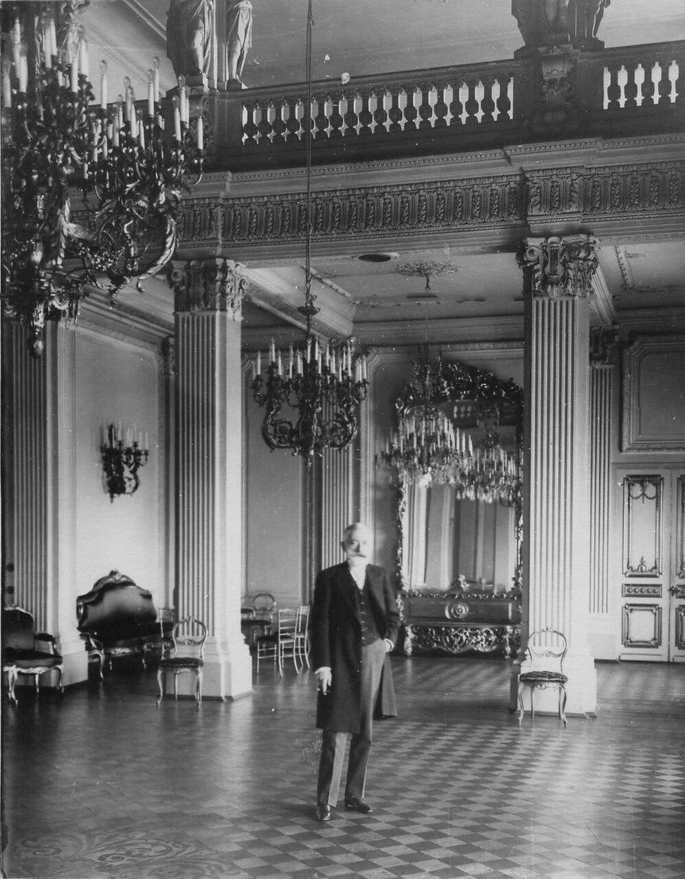 09. Посол Турхан-паша в зале посольства