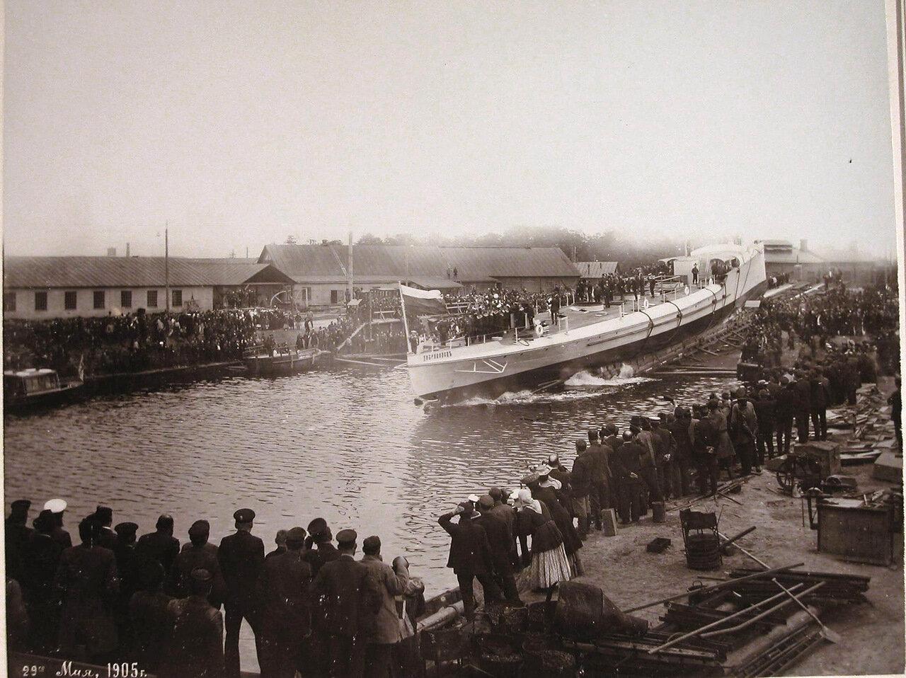 14. Рабочие Путиловского завода наблюдают спуск на воду минного крейсера «Доброволец». 29 мая 1905