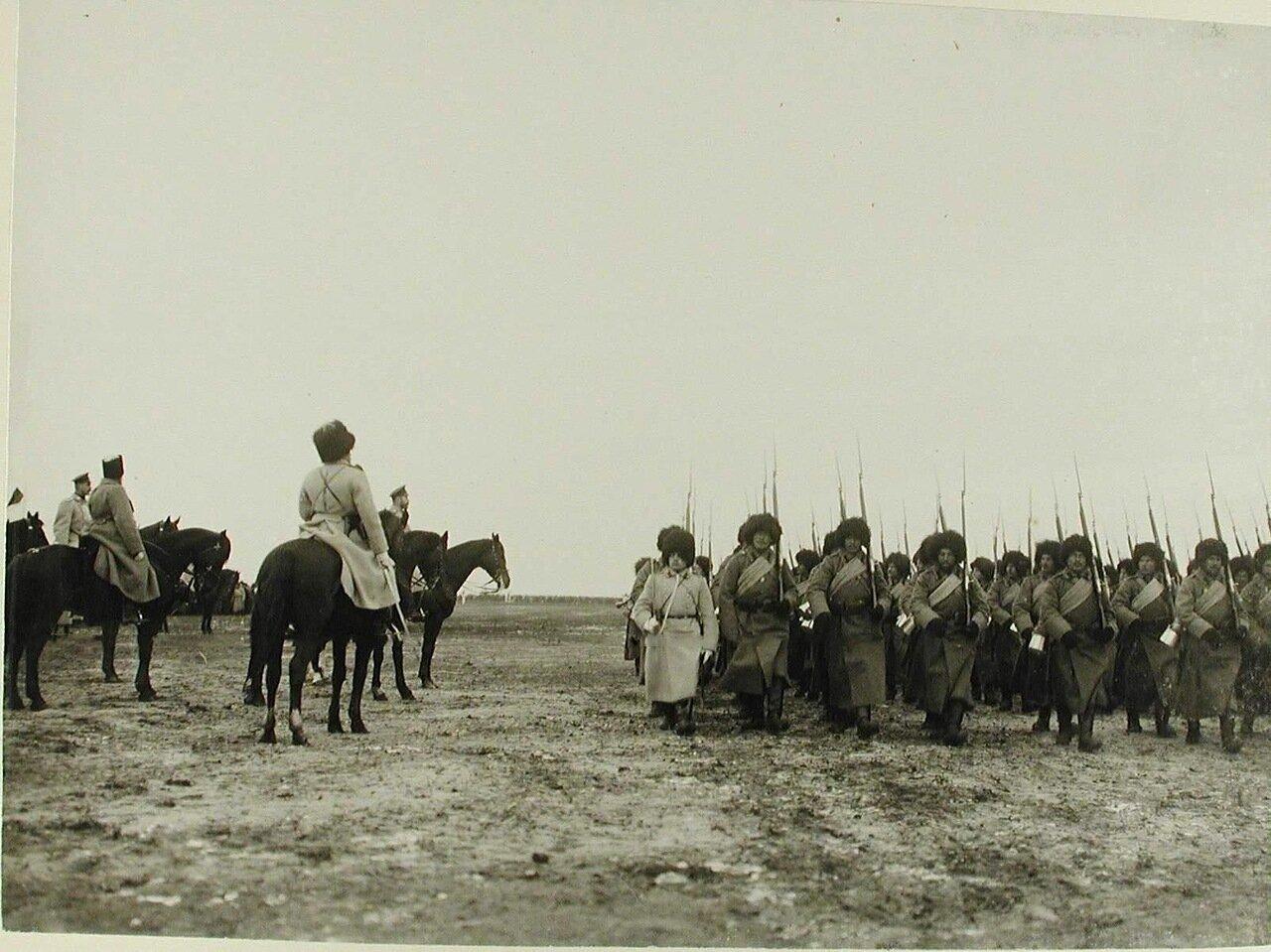 06. Солдаты проходят строем перед императором Николаем II во время смотра