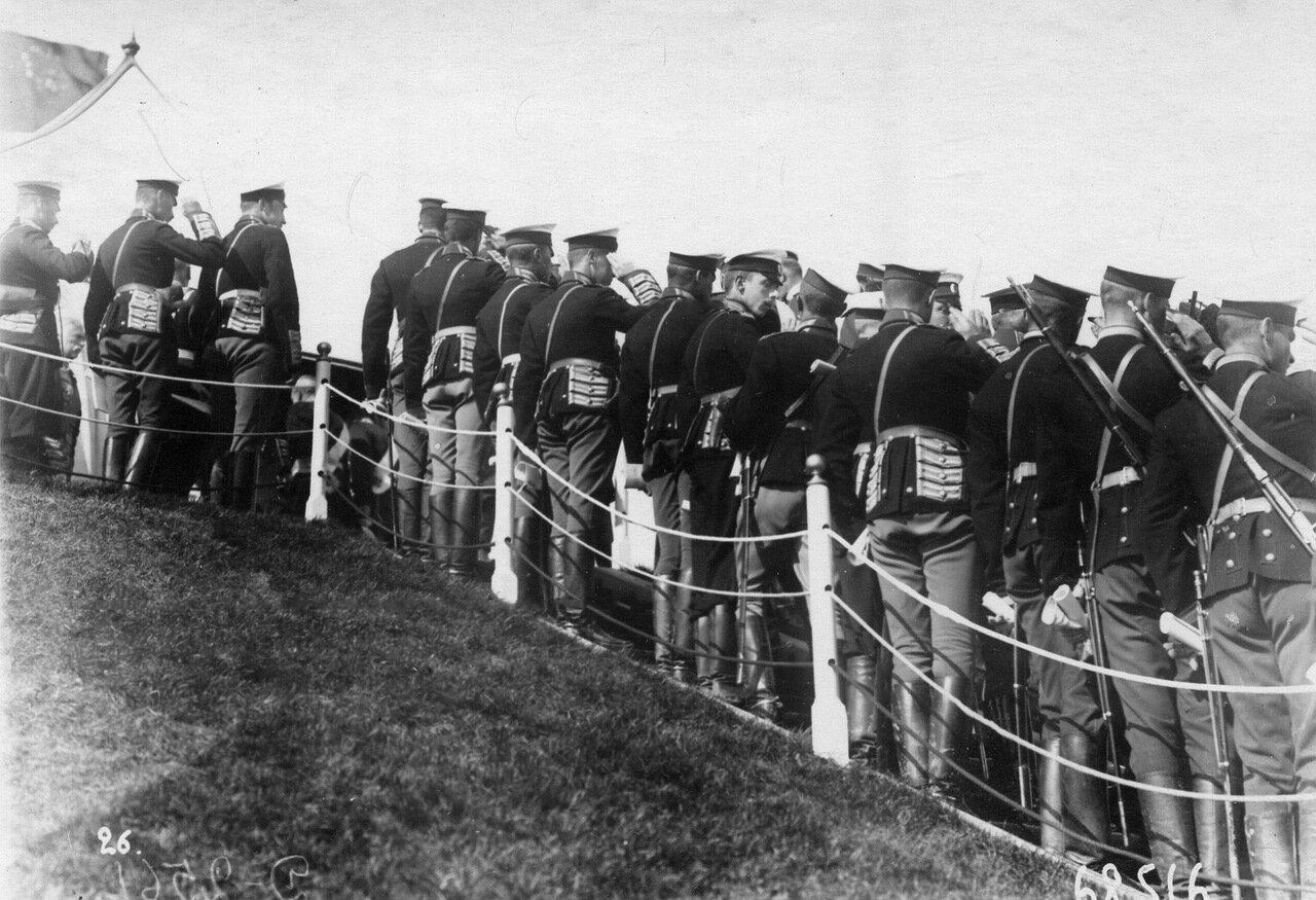 08. Группа камер-пажей на царском валике приветствует императора Николая II во время парада по случаю производства юнкеров в офицеры