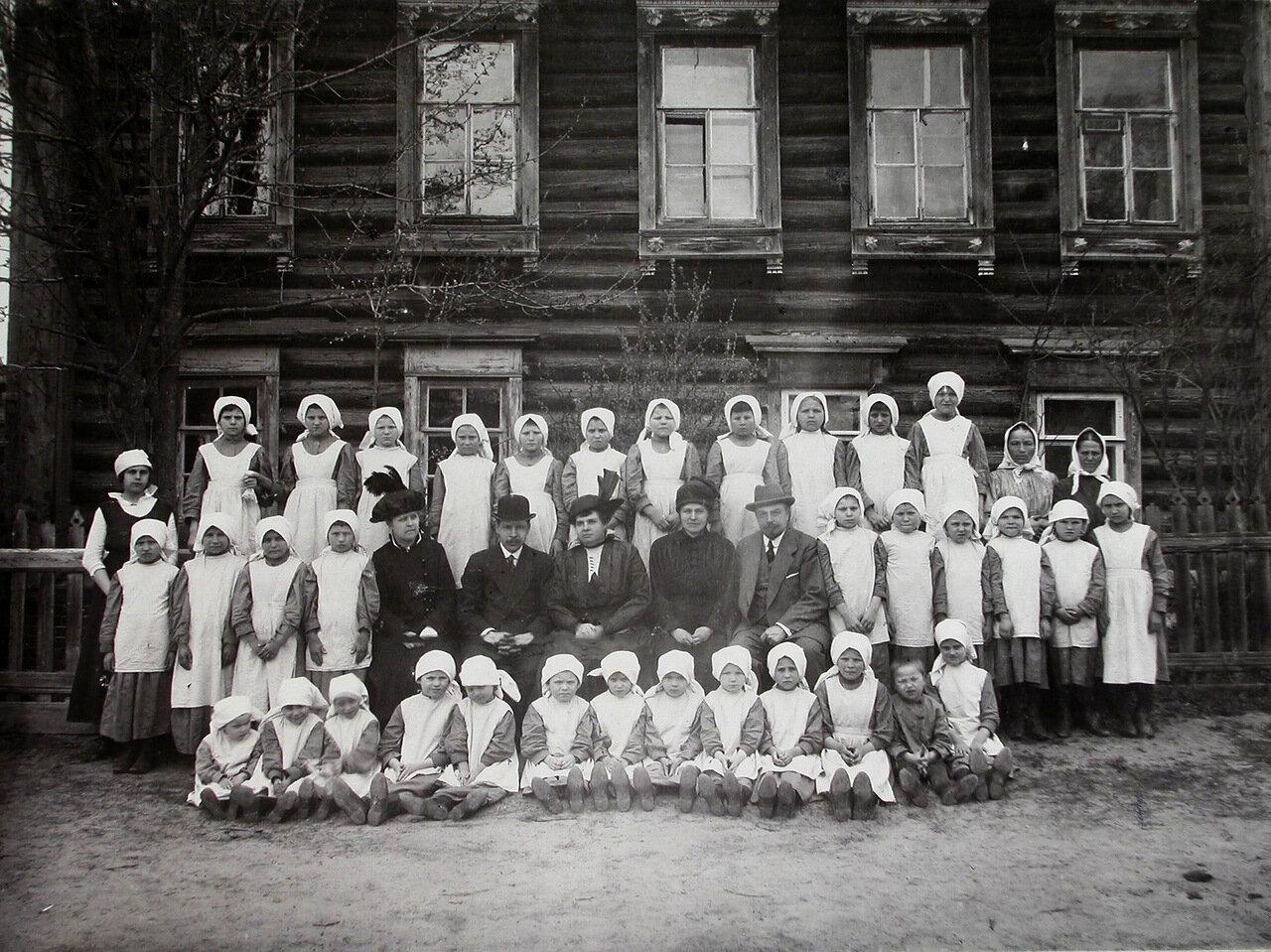 02. Группа детей с воспитателями и попечителями у здания колонии