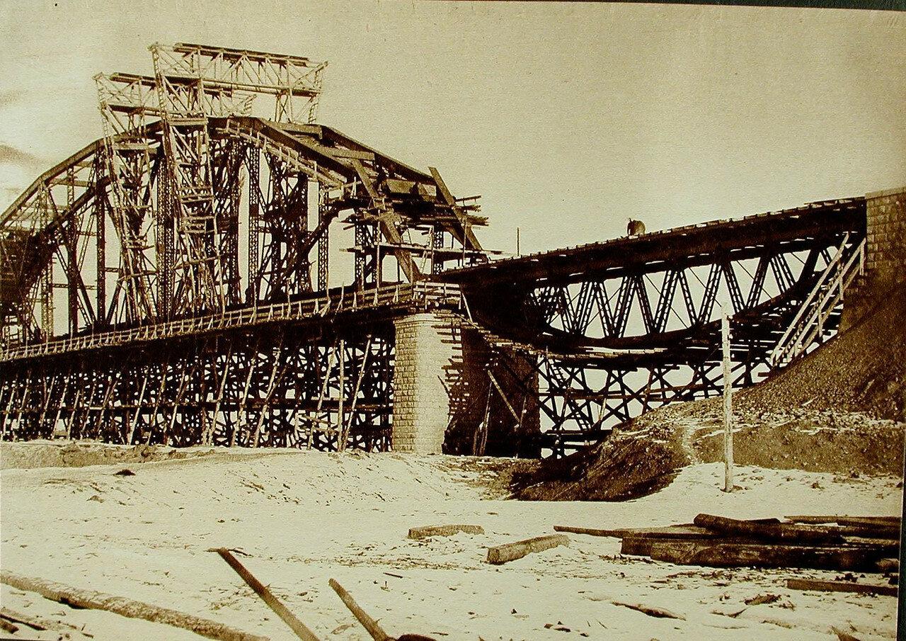 12. Общий вид сборки пролёта №1 во время строительства моста через р.Зею