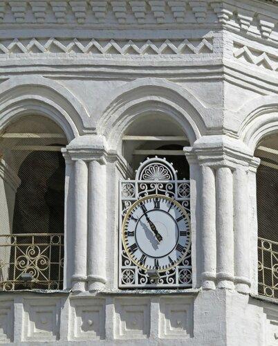 Часы на башне-колокольне Богоявленского монастыря