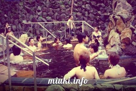 Японцы купаются в кофе на курорте в Hakone