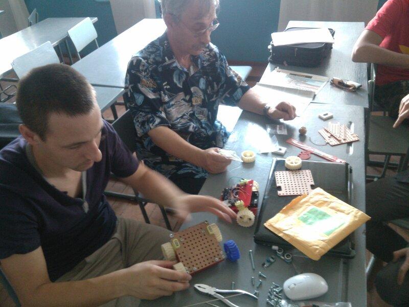 Школа роботы ДОСААФ-занятие5-собираем модель-02.jpg