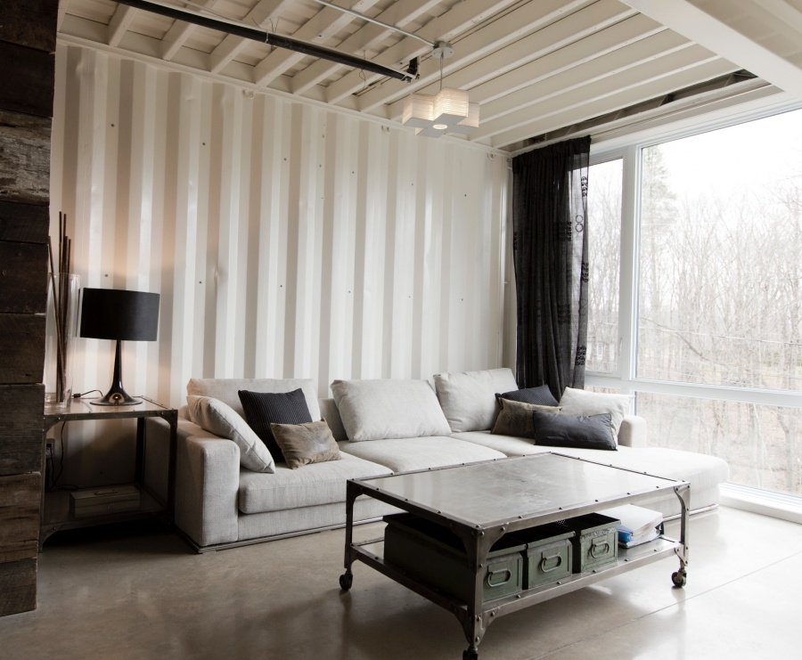 Огромные панорамные окна визуально добавляют помещению пространства.