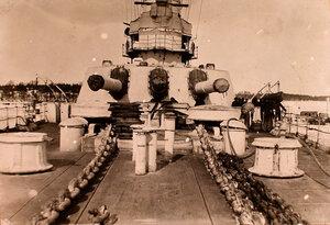 Вид части палубы линейного корабля Севастополь; в центре - артиллерийская башня.