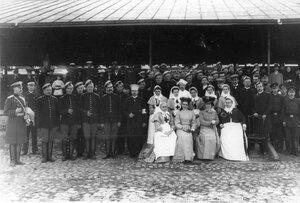 Медицинский и обслуживающий персонал поезда сидит 2-я слева княгиня З.Н.Юсупова