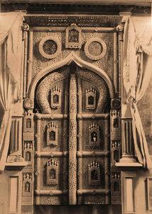 Вид деревянных царских врат ажурной работы XV в. на слюде в церкви Спаса-Нередицы. Новгород г., близ Новгорода