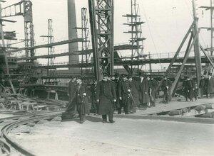 Группа инженеров на стапелях  в день закладки зданий отдела Подводного плавания в присутствии морского министра адмирала И.К. Григоровича (на первом плане справа).