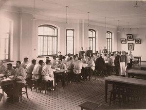 Обслуживающий персонал и призреваемые в столовой во время обеда.
