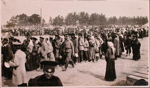 Беженцы в очереди за горячей пищей у соединительного врачебно-питательного пункта, организованного отрядом Красного Креста В.М.Пуришкевича.