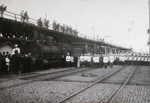 Горожане, военные чины на железнодорожной станции у поезда перед отправлением нижних чинов и запасных, прибывших с Дальнего Востока пароходами.