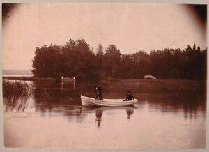 Дамы в лодке на озере; на втором плане - Остров с палаткой и Китайский мостик.