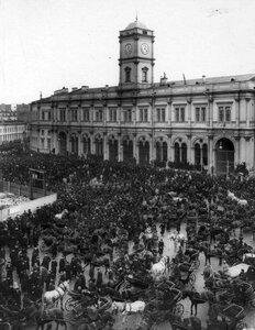 Толпы народа у Николаевского вокзала провожают гроб с телом князя С.Н.Трубецкого.