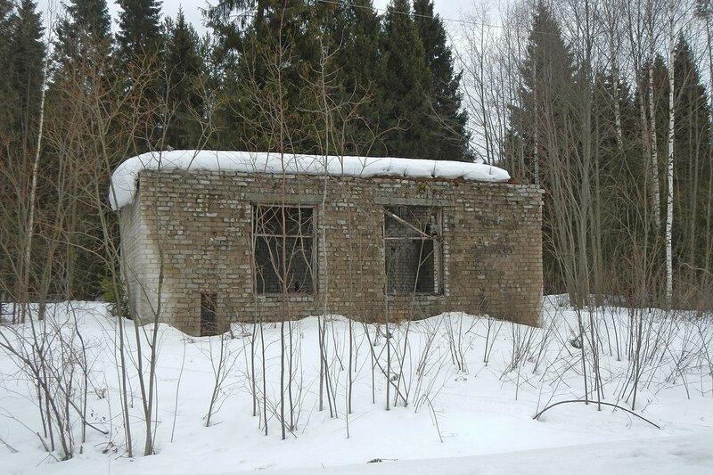 Заброшенное кирпичное здание рядом с железной дорогой