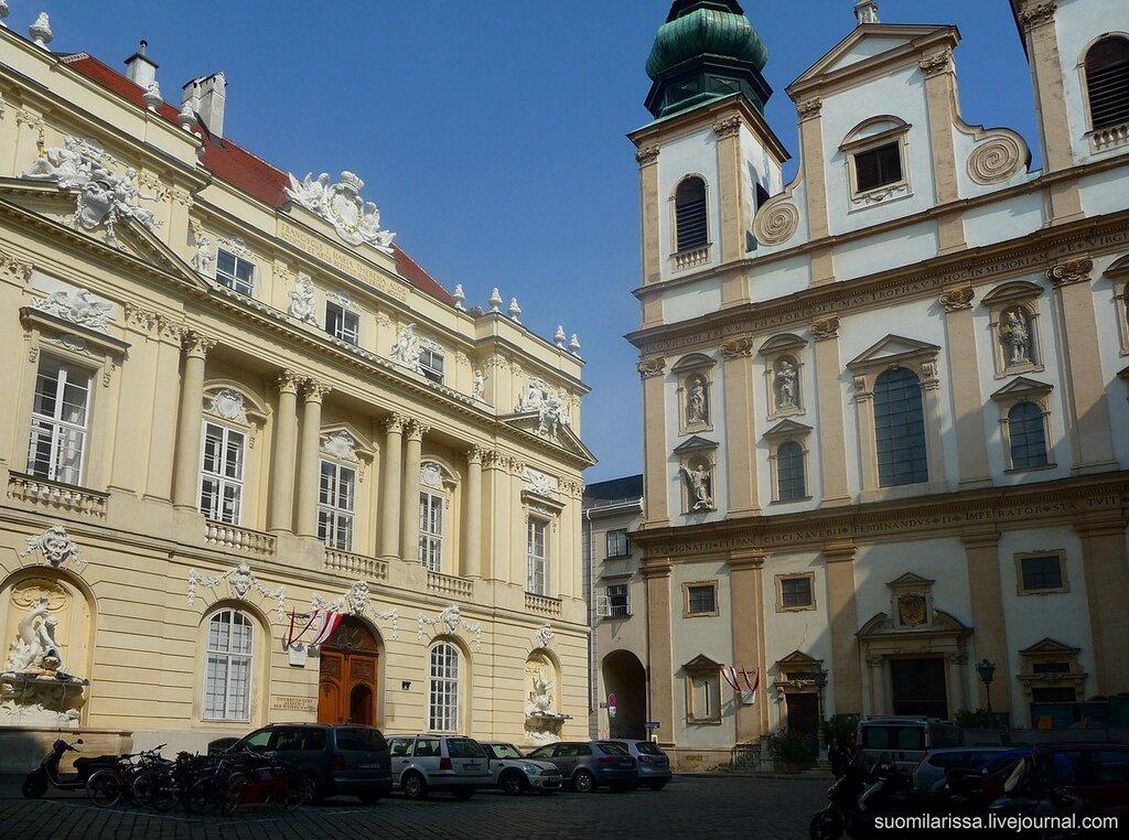 Старое здание университета и церковь иезуитов.