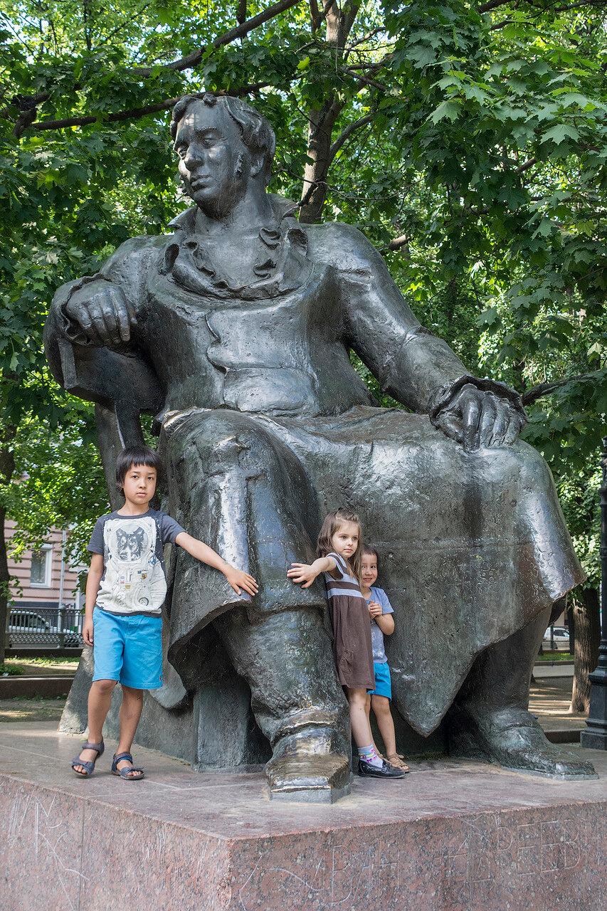 Москва. Патриаршие пруды. Дети у Крылова
