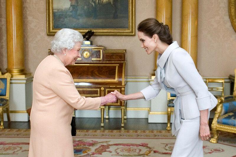 2014 года. Елизавета II посвящает актрису Анджелину Джоли в Дамы Великого Креста Ордена Святого Михаила и Святого Георгия