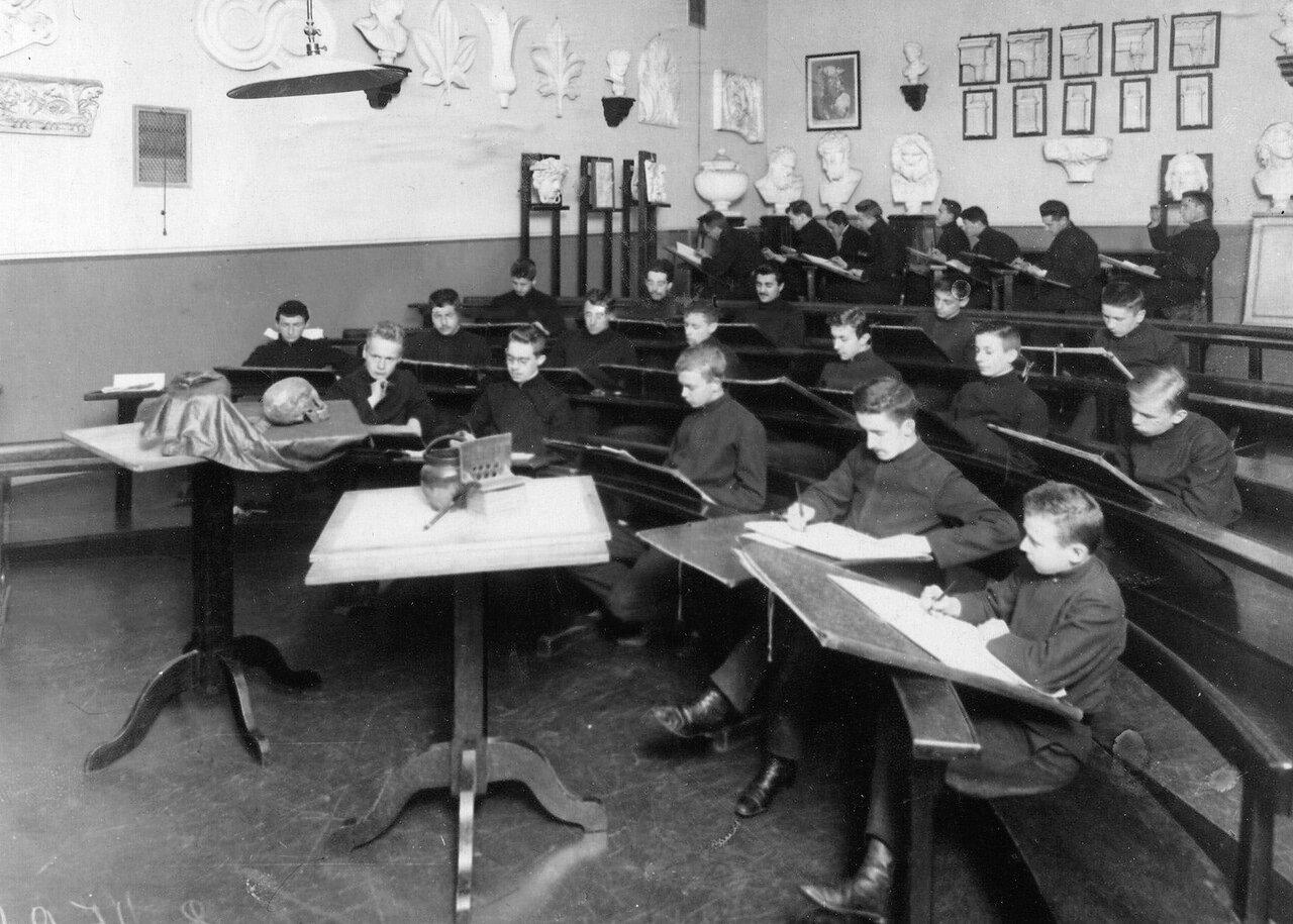 13. Группа учеников училища на уроке рисования