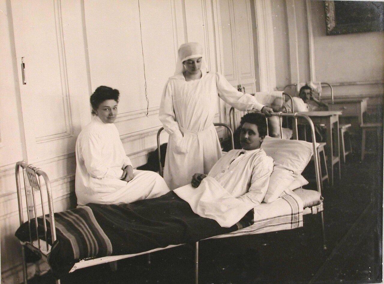 17. Врач и медицинская сестра у постели раненого