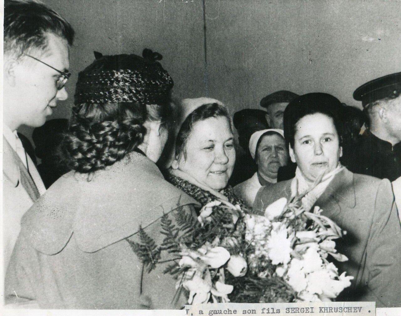 Госпожа Хрущева со своей невесткой