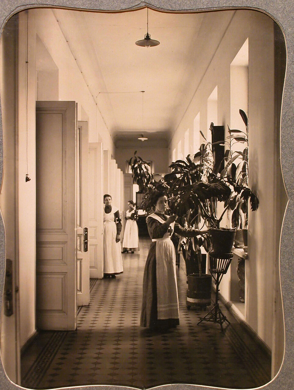 11. Сестры милосердия общины в коридоре общежития