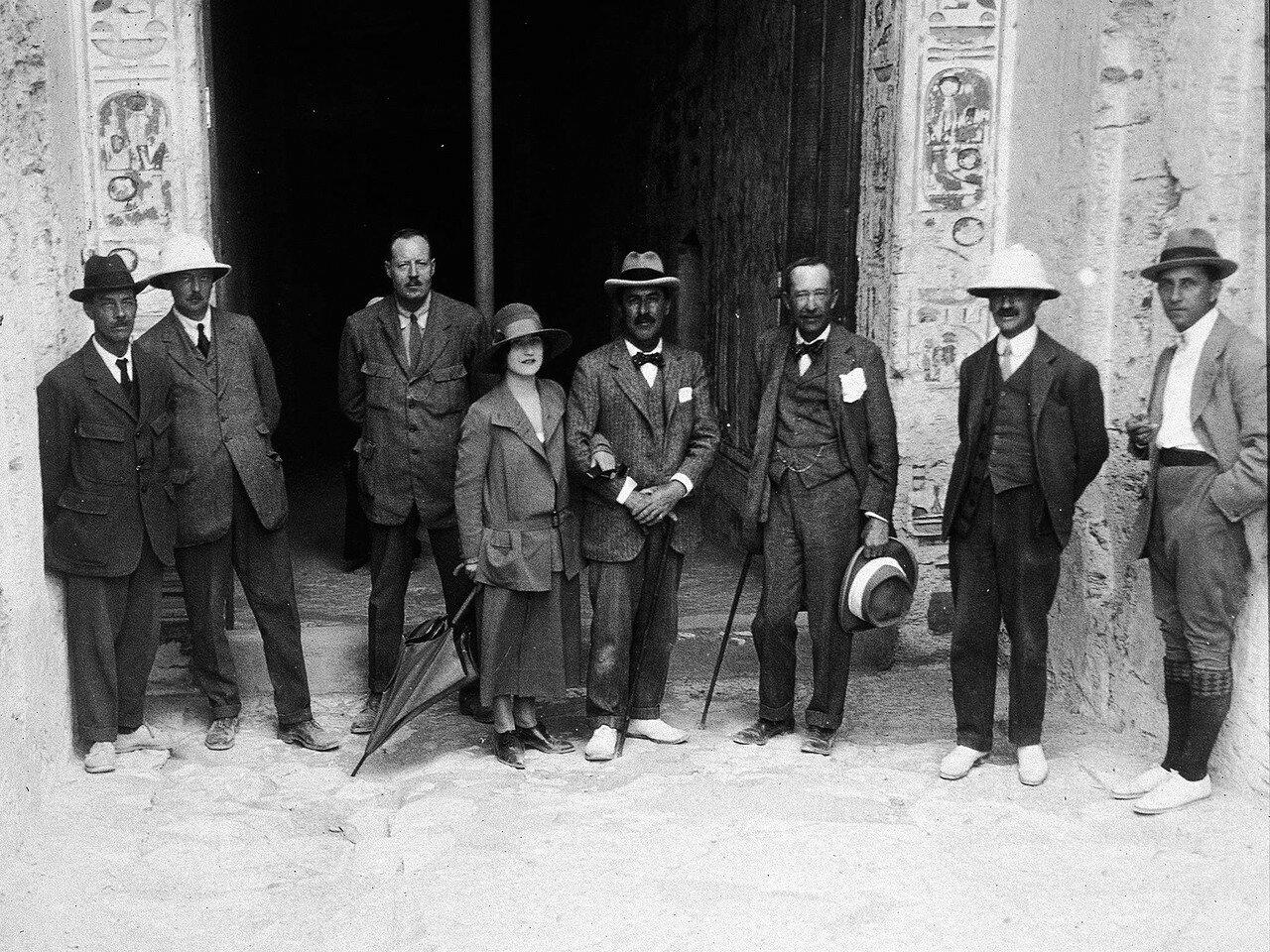 Члены экспедиции возле входа в гробницу. 1922