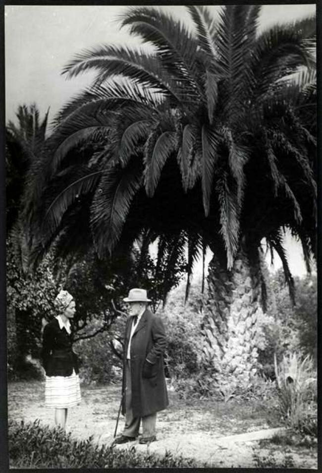 1946. Анри Матисс и Жильберта Брассай в саду виллы «Le Rêve» в Вансе