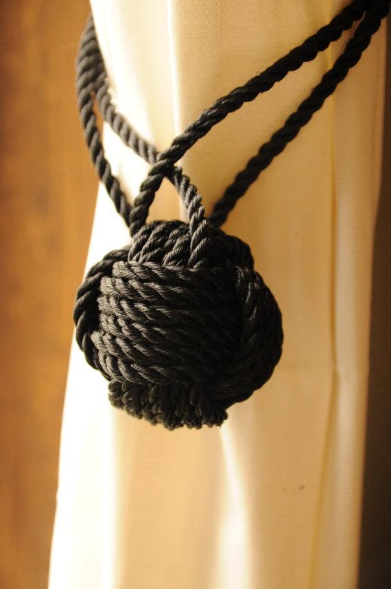 белая штора, захват из черного шнура с узлом обезьяний кулак