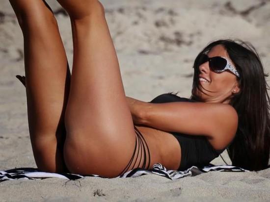 Сексуальная Клаудиа Романи на пляже в Майами