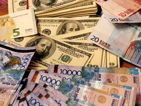 Граждане Казахстана массово запасаются долларами