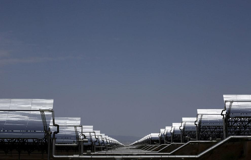 12. Панели солнечной электростанции и Луна. (Фото Marcelo del Pozo | Reuters):