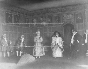 """Картина из последнего акта спектакля """"Школа злословия"""" по пьесе Ричарда Бринсли Шеридана."""