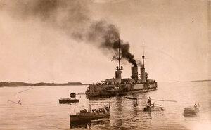 Линейный корабль Севастополь [уходит в море] в окружении буксиров.