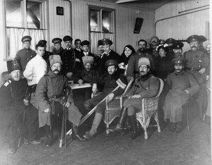 Группа прибывших раненых офицеров