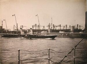 Яхта Александрия с президентом Франции Пуанкарэ на борту проходит мимо линейных кораблей; на втором плане - линейный корабль «Севастополь» с выстроенной командой
