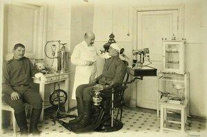 Врач и больные в зубоврачебном кабинете, открытом для  госпиталей всех организаций города.