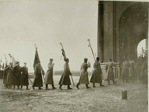 Высшие офицерские чины переносят знамена от Иордани в Зимний дворец