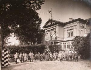 Группа призреваемых нижних чинов перед зданием патроната-убежища на прогулке.