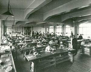 Проверка мелких линз на заводе акционерного общества оптического и механического производств (РАООМП).