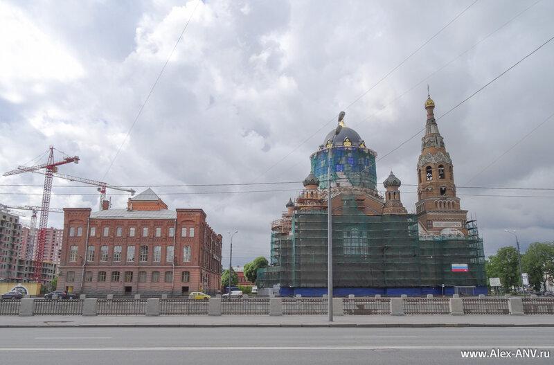Воскресенская церковь, а слева от неё - центральный музей Октябрьской железной дороги.