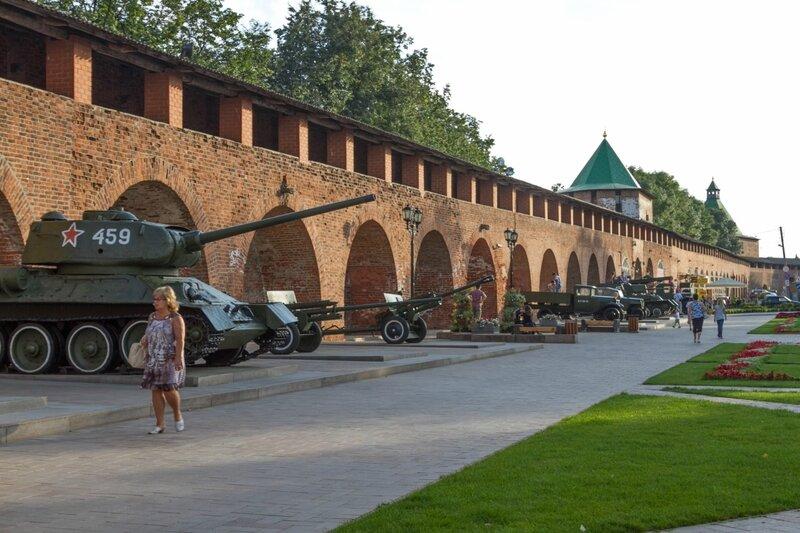 Военная техника у стен Нижегородского кремля