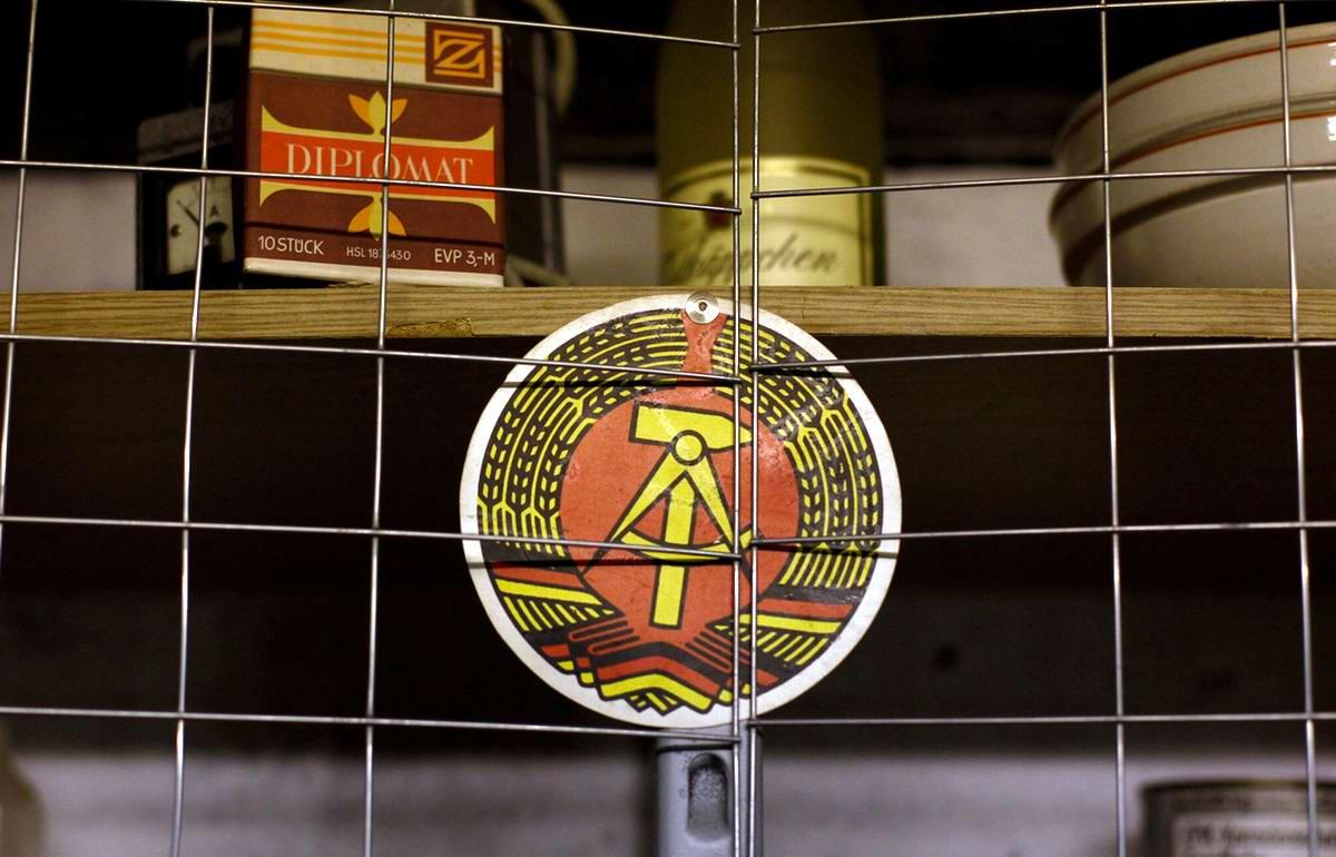 Герб Демократической Республики Германии на полке с солдатскими продуктами