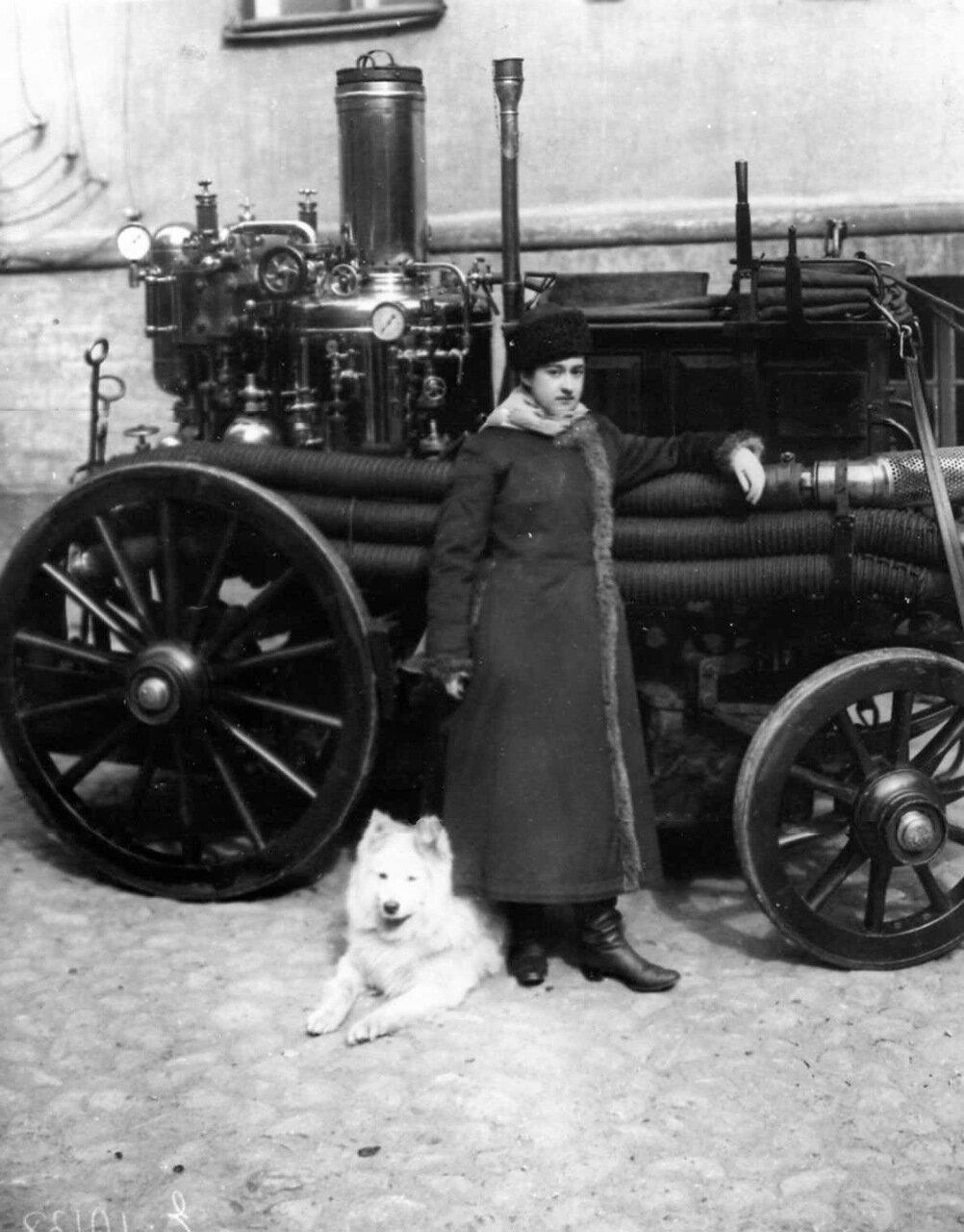 04. Первая женщина пожарный Ермолова у повозки с пожарным оборудованием. 1910